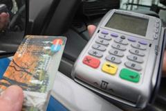 Курьеров интернет-магазинов хотят обязать принимать к оплате карты