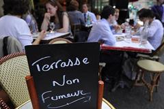 Бизнесмены пожалуются в Генпрокуратуру на запрет курения в летних кафе