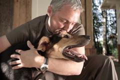 Агентство e:mg дарит собачек одиноким людям