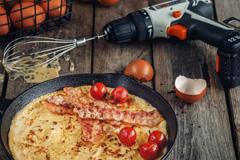 Леруа Мерлен показал, как готовить еду с помощью рубанка и перфоратора