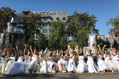 Невесты вышли на улицы Москвы c призывом #ЖенисьНаМне