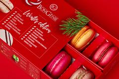 """Ель, карамель и """"праздничный красный"""": рождественская упаковка макарон от Fabula Branding"""