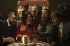 Никаких границ и языковых барьеров: в новогоднем ролике Stella Artois 0.0 объединяет людей из разных стран