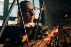 """Женщина со сваркой, раскаленное железо, огонь и искры в рекламе препарата от изжоги """"Алмагель А"""""""